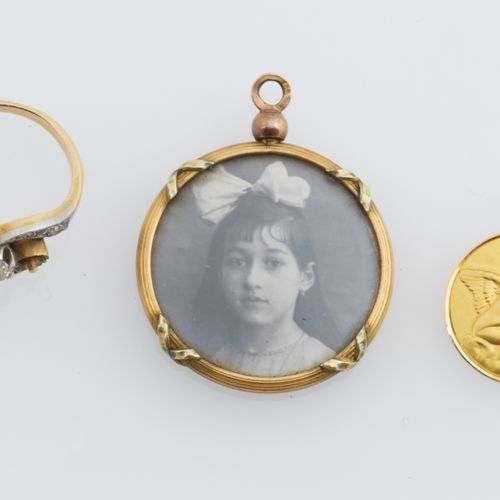 LOT de bijoux Lot including   an engraved birth medal in 18K (750/°°) yellow gol…