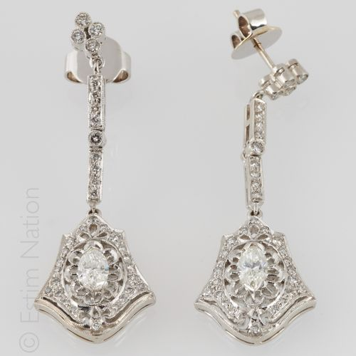 PENDANTS D'OREILLES DIAMANTS Pair of 18K (750/°°) white gold articulated earring…