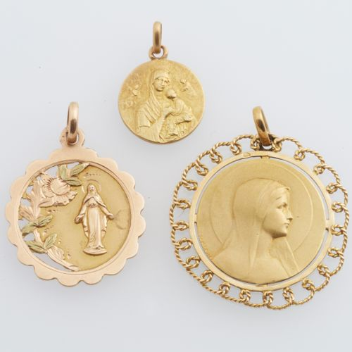 MÉDAILLES OR Three medals in 18K (750°/00) yellow gold representing the Virgin: …