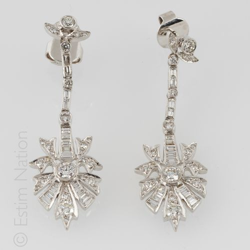 Pendants d'Oreilles Pair of 18K (750/°°) white gold earrings presenting a styliz…