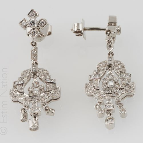 PENDANTS D'OREILLES DIAMANTS Pair of 18K (750/°°) white gold earrings holding an…