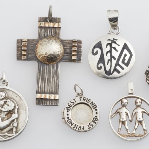 LOT DE PENDENTIFS Lot of 15 pendants, 12 of which are silver 925/°° and 3 pairs …