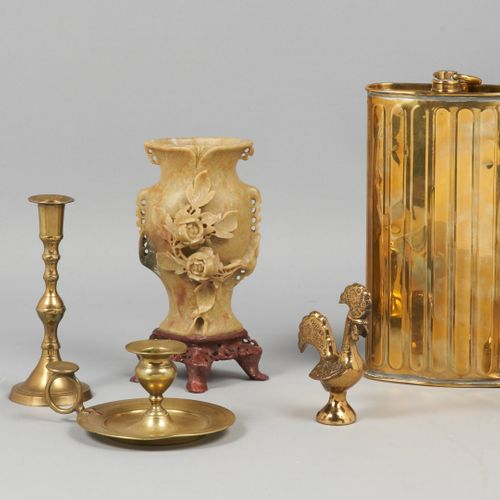 DIVERS Divers objets et bibelots :   Vase et son socle quadripode en pierre dure…
