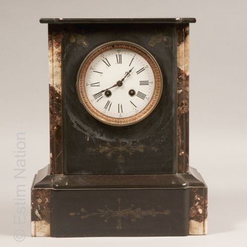 ARTS DECORATIFS DU XIXE SIECLE Pendule borne en placage de marbre noir et et gri…
