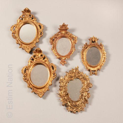 MIROIRS Ensemble comprenant :   Paire de petits miroirs en bois doré et sculpté …