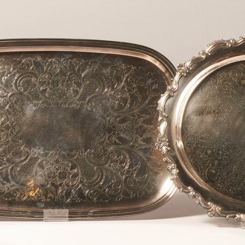 ARGENTERIE Grand plateau de service à deux anses en métal argenté, à décor gravé…