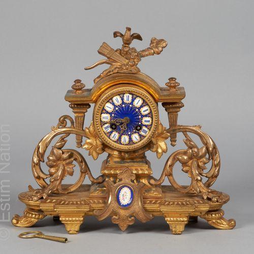 HORLOGERIE XIXE SIECLE Pendule en régule doré, surmonté en partie haute d'un tro…