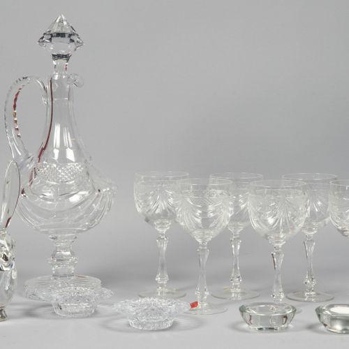 ARTS DE LA TABLE Ensemble en cristal moulé et taillé à décor rainuré comprenant …
