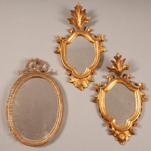 MIROIRS Paire de miroirs en bois doré et sculpté de forme blason, l'entourage à …