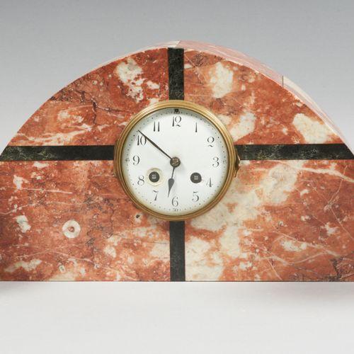 Arts décoratifs du XXe siècle Garniture de cheminée comprenant :   Pendule borne…
