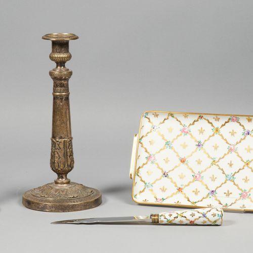 ARTS DE LA TABLE Paire de bougeoirs en métal argenté à décor néoclassique  Epoqu…