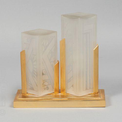 DEVEAU Lampe électrique à lumières, socle en métal doré et verre sablé à décor g…