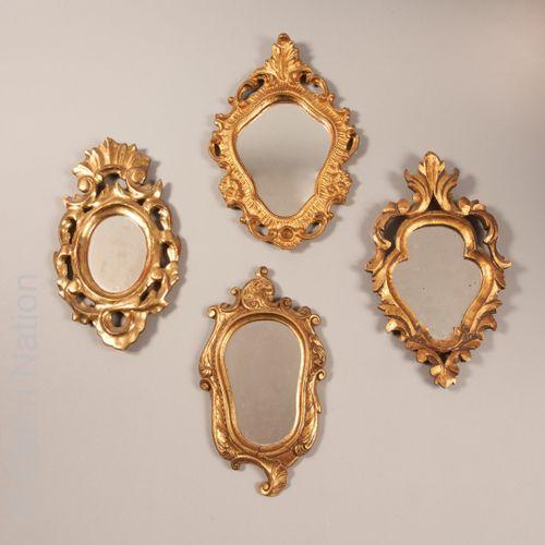 MIROIRS Réunion de quatre petits miroirs en bois ou composition dorés à décor de…
