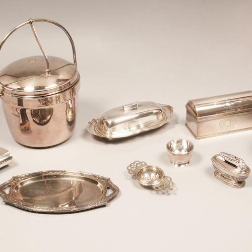 ARTS DE LA TABLE Ensemble en métal et métal argenté comprenant :   Beurrier en i…