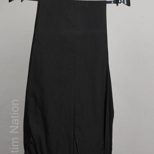 VERSACE CLASSIC V2 COSTUME en laine noire façonné de fines rayures, veste à troi…