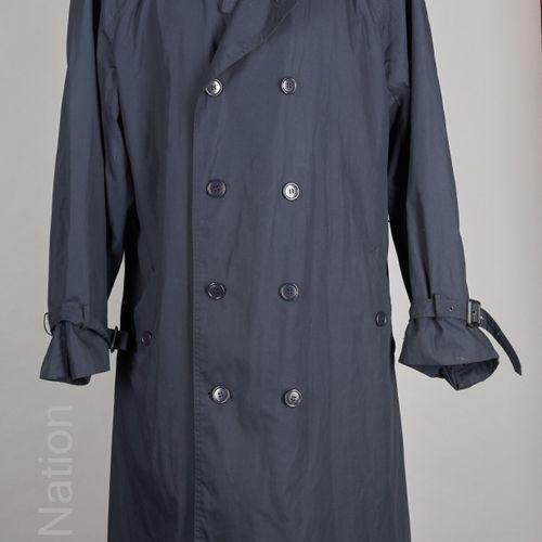 Yves Saint LAURENT TRENCH COAT en polyester et coton marine, pattes de serrage a…