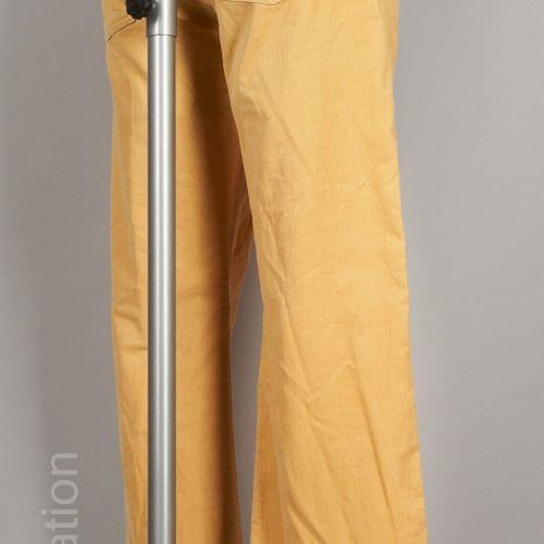 LOUIS VUITTON PANTALON en velours de coton milleraies jaune (T 42) (mini tache)