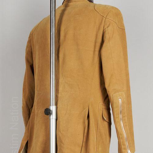 CALVARESI VESTE en gabardine de coton velours camel surpiqué, quatre poches dont…