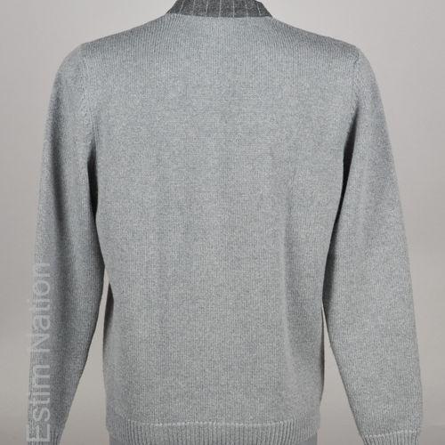 FENDI PULL OVER en laine vierge gris gansé de feutre rayé, rappel sur les poches…