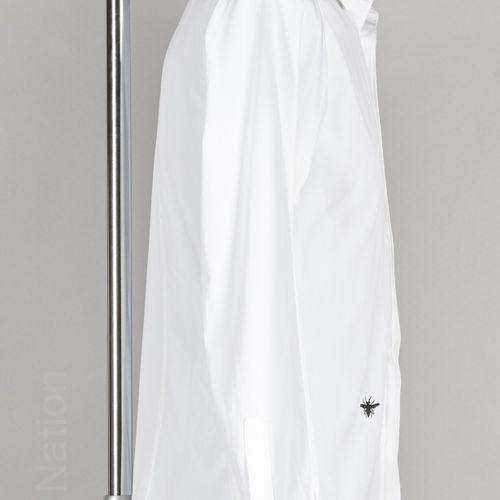 DIOR CHEMISE en coton blanc rebrodé de l'abeille (T 37) (jaunissements au col et…