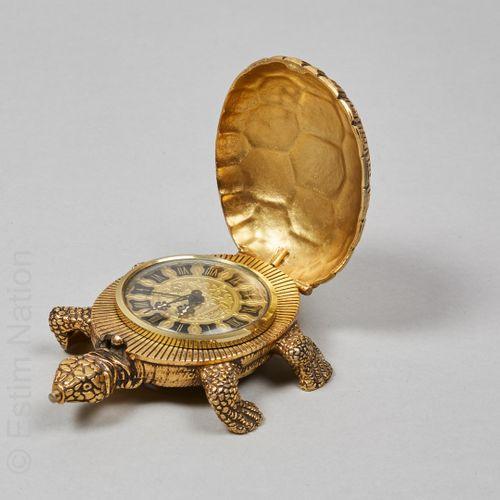"LANCEL CIRCA 1950 金属和鎏金青铜的 ""乌龟 ""台钟,显示罗马数字(12 x 9厘米)(不保证状态)(头部下有轻微氧化)。"