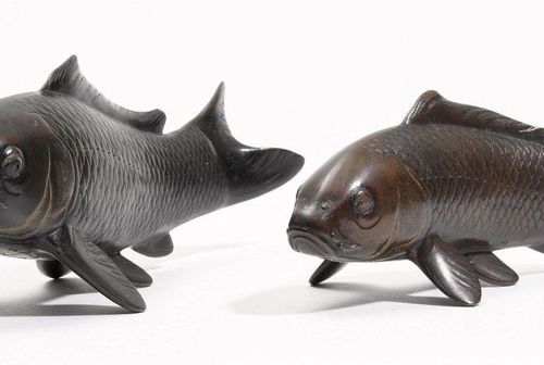 *TWO BRONZE OKIMONO OF CARPS. Japan, Meiji period, length 21.2 cm and 17 cm. The…