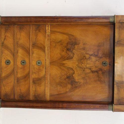 SECRÉTAIRE rectangulaire en placage de noyer ouvrant en façade par un tiroir, un…