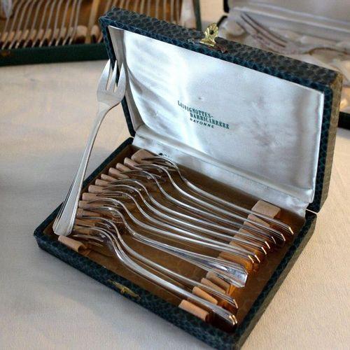 CHRISTOFLE CHRISTOFLE  MÉNAGÈRE en métal argenté à filets baguettes, style Art D…