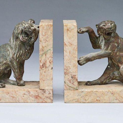 PAIRE DE SERRE LIVRES PAIR OF BOOKSHOES representing a lion and a lioness roarin…