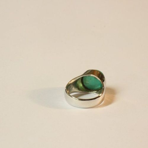 Bague RING in white gold (750) set with a cabochon emerald (8.35 ct approx.).  T…
