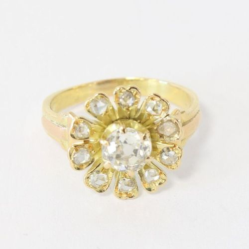 Bague RING in yellow gold (750) with a flower motif decorated in the center with…