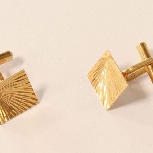 PAIRE DE BOUTONS DE MANCHETTES PAIR OF SLEeve BUTTONS in yellow gold (750) with …