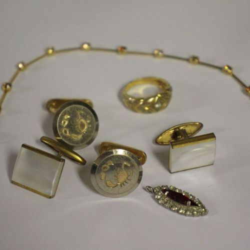 Lot de bijoux fantaisies FANTAISHED JEWELLERY LOT, including: Agatha golden meta…