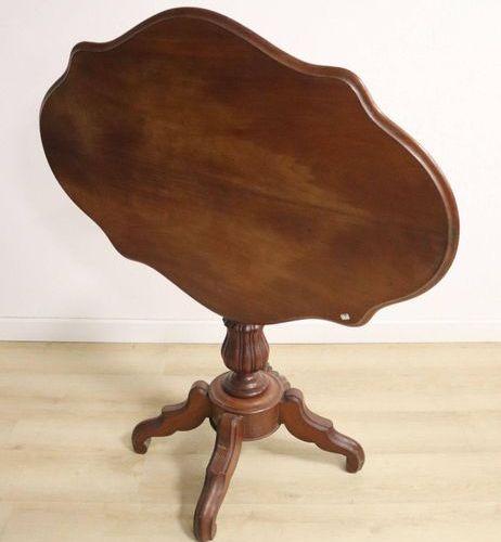 Table guéridon TABLE GUÉRIDON en acajou et placage d'acajou à plateau violoné, f…