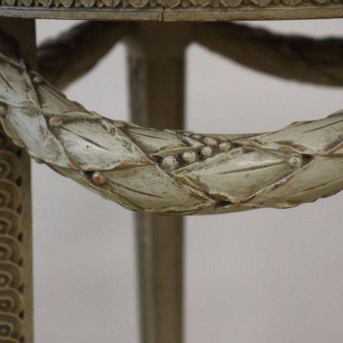 GUERIDON GUERIDON en bois sculpté de frises d'entrelacs, feuilles d'acanthe et g…