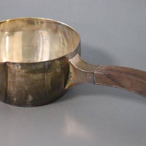 Petite casserole PETITE CASSEROLE en argent uni, à manche latéral en bois.  Diam…