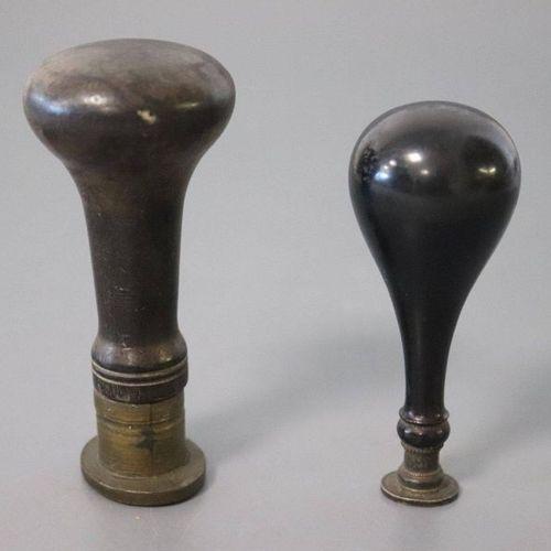 DEUX CACHETS DEUX CACHETS en bois tourné, le sceau en argent et bronze doré à dé…