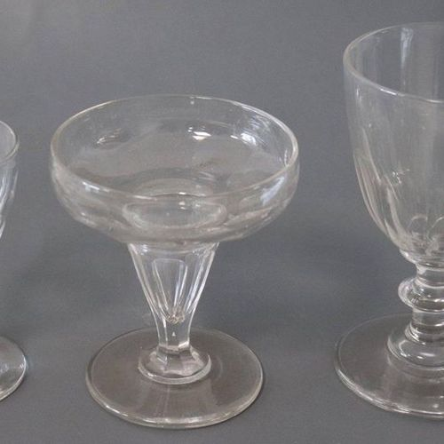 SERVICE DE VERRES en cristal taillé à pans coupés comprenant : SERVICE DE VERRES…