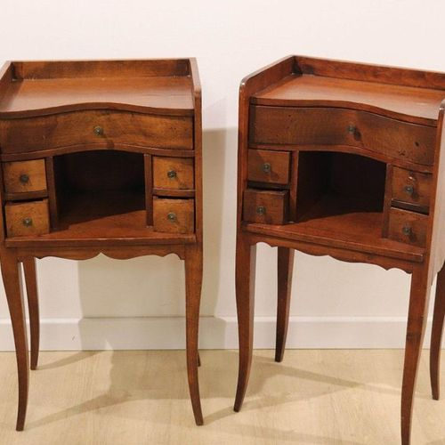 PAIRE DE TABLES DE CHEVET Pair of beech HORSE TABLES with concave front opening …