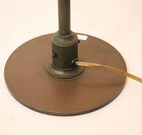 LAMPE DE BUREAU LAMPE DE BUREAU en bronze patiné, le fût cylindrique en torche e…