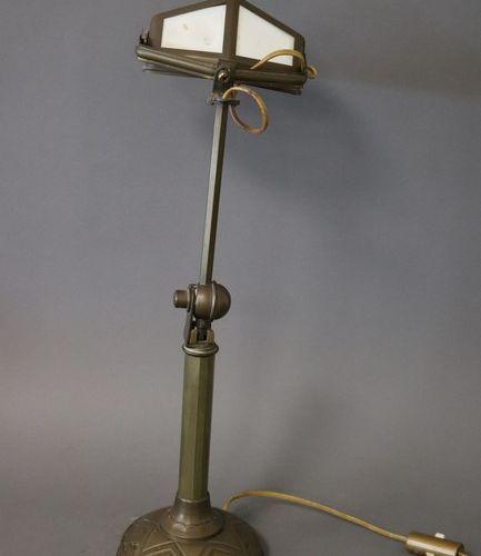 LAMPE DE BUREAU LAMPE DE BUREAU en bronze et laiton à patine médaille, le fût ar…