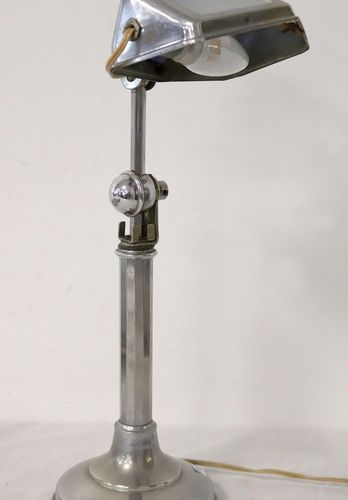 LAMPE DE BUREAU LAMPE DE BUREAU en métal chromé à abat jour basculant avec verre…