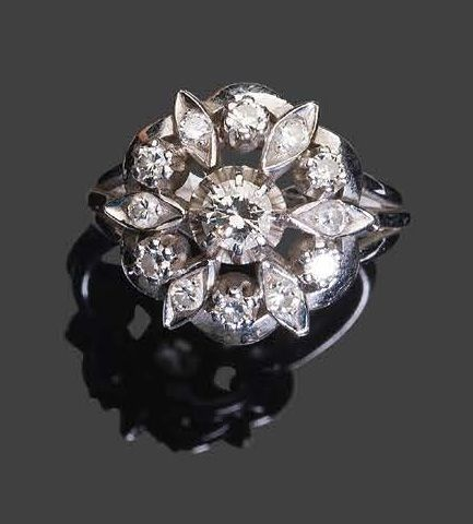 White gold ring set with round faceted diamonds with a central larger one. Pb: 7…