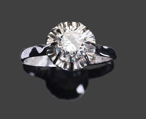 White gold ring set with a round faceted diamond Pb: 4,10 gr