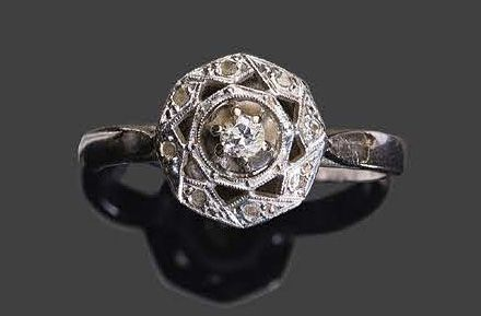 White gold ring set with small rose cut diamonds, one central one Pb: 3,55gr