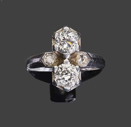 Ring you & me in white gold, set with two old brilliant cut diamonds and two sma…