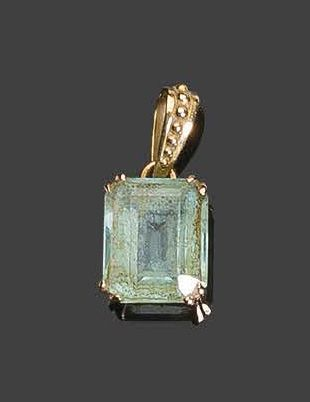 Yellow gold pendant, set with a pale green stone Pb: 2,40gr