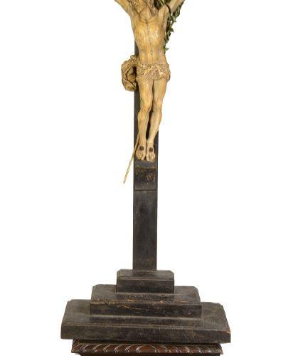 Ecole Française du XVIIIème siècle Christ Sculpture in patinated ivory (accident…