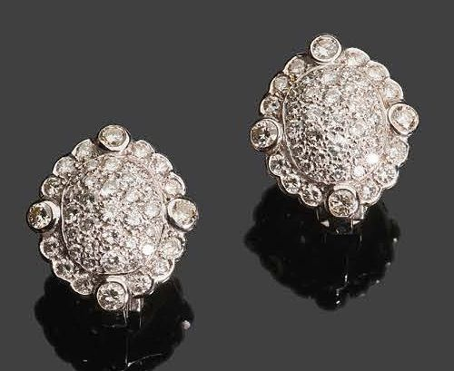 Pair of earrings in 750°/°° white gold set with brilliants in the shape of a med…