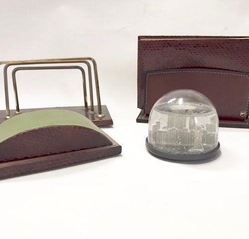 Nécéssaire de bureau comprenant un carnet et son porte carnet ainsi qu'un tampon…